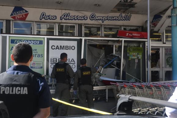 Uno de los cajeros hurtados quedó destruido. Foto: A. Colmegna