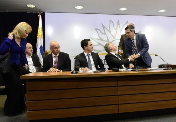 Firma del acuerdo entre el gobierno y UPM. Foto: Presidencia