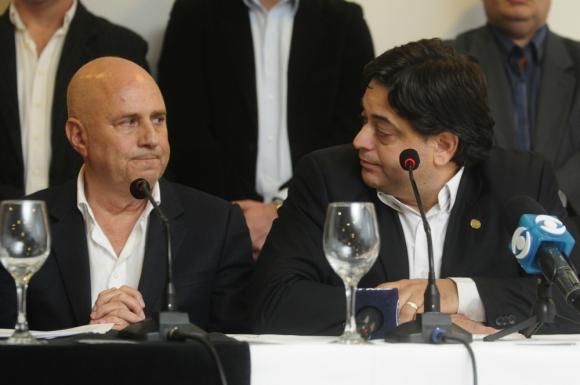 Peña (derecha) junto al líder del partido Edgardo Novick. Foto: Marcelo Bonjour