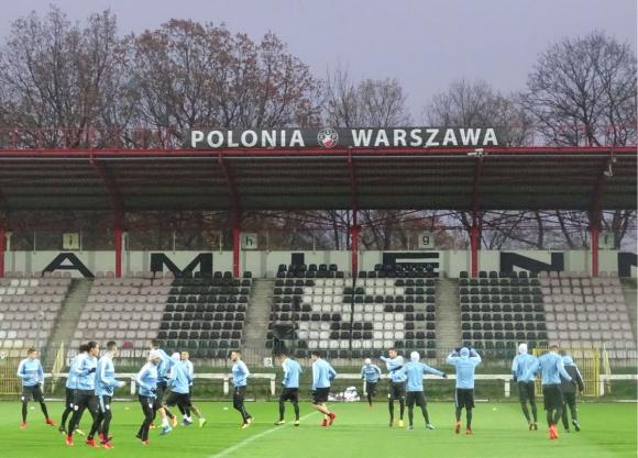 Postal del entrenamiento de Uruguay en la cancha del equipo de la cuarta división del fútbol polaco. Foto: @Uruguay