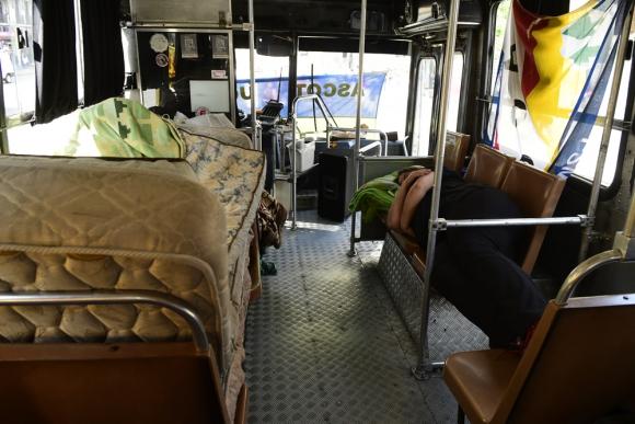 Duermen dentro de un ómnibus y en el día sacan mesas y sillas. Foto: M. Bonjour