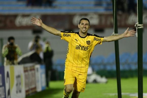 El festejo de Maximiliano Rodríguez de su gol en Peñarol. Foto: Marcelo Bonjour