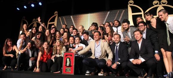 Festejo. El equipo de Publicis celebra tras recibir el máximo premio de la noche. (Foto: Publicis Impetu)