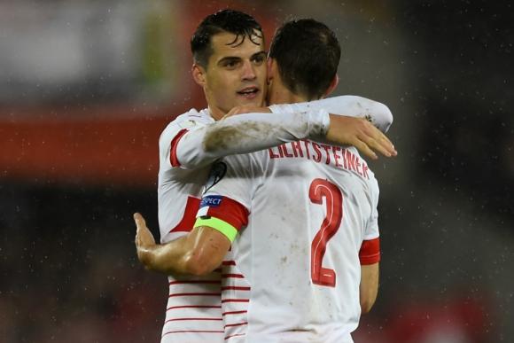Granit Xhaka y Stephan Lichtsteiner festejando la victoria de Suiza. Foto: Reuters
