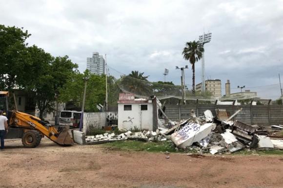 Esta semana se ejecuto la demolición de las instalaciones que estaban próximas al tren fantasma. Foto: IMM