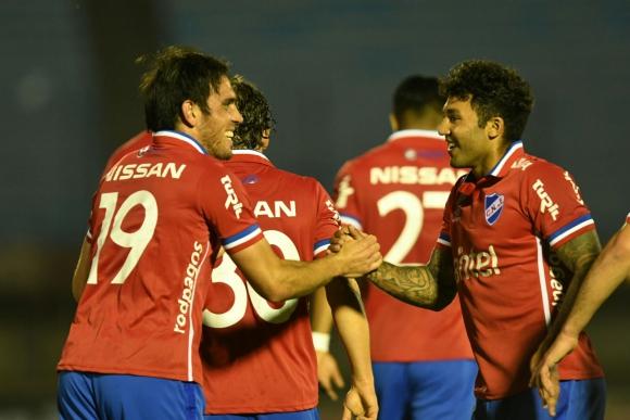 El saludo entre Matías Zunino y Tabaré Viudez tras el gol de Nacional. Foto: Gerardo Pérez
