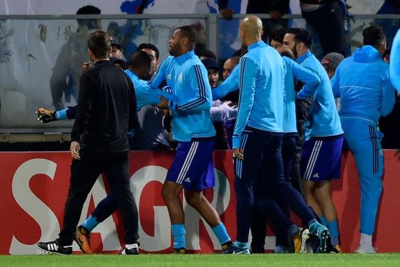 La agresión de Evra a un hincha previo a un partido de Europa Legaue. Foto: AFP.