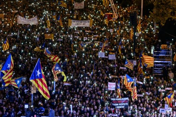 """Una multitud canta """"Els segadors"""" en Barcelona. Foto: AFP."""