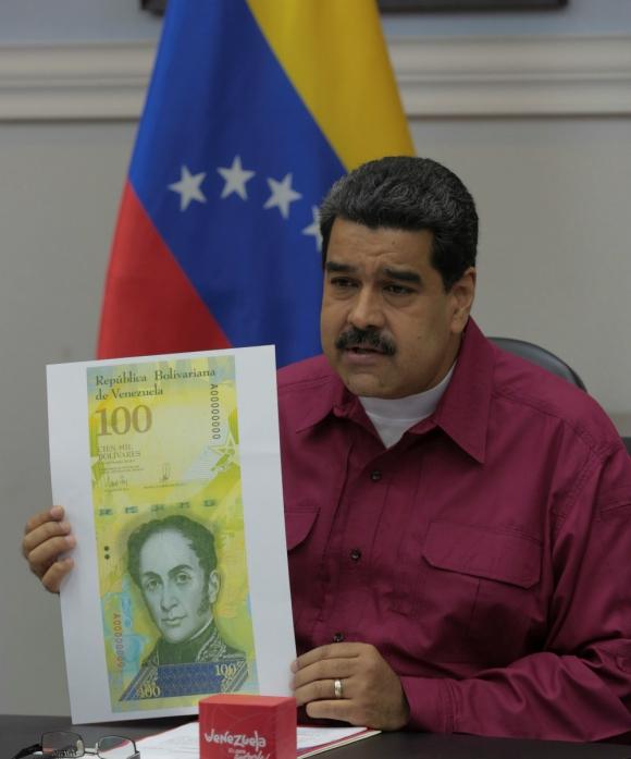 Firme. El presidente Nicolás Maduro muestra la reproducción de un nuevo billete que entra en circulación. Foto: Reuters.