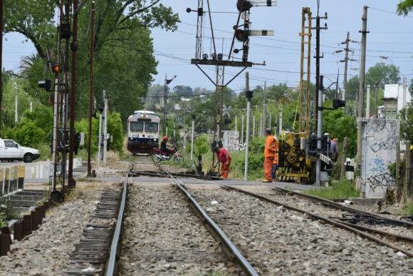Estación: personal de AFE realiza tareas de mantenimiento en Progreso, por donde pasan siete trenes de pasajeros cada día. Foto: D. Borrelli