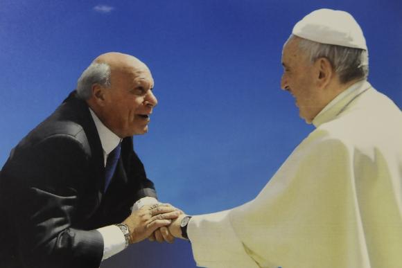 El doctor Bartolomé Grillo con el papa Francisco. Foto: Darwin Borrelli (reproducción)