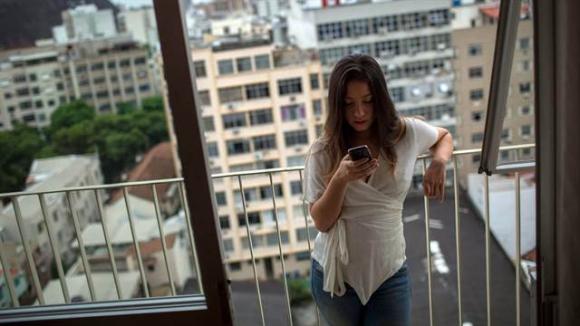 Adicción al uso del teléfono celular. Foto: AFP