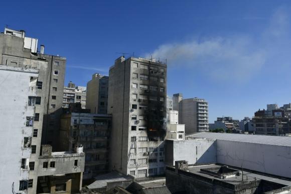 Bomberos trabaja en incendio en edificio sobre 18 de Julio. Foto. Fernando Ponzetto