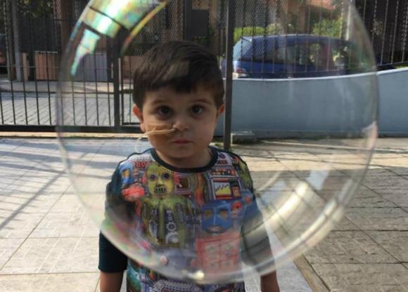 Ezzio jugando con una pompa de jabón. Foto: Facebook Un corazón para Ezzio