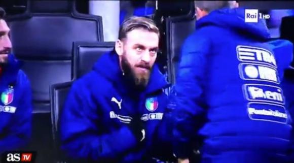 Daniele de Rossi no quería entrar y señalaba a Lorenzo Insigne