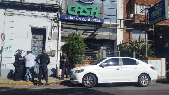 Policía busca pistas sobre los autores del asalto. Foto: El País