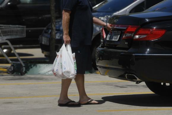 El 90% de las bolsas de plástico pasan por las grandes superficies comerciales. Foto: Archivo