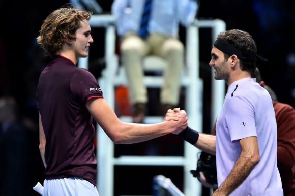 El saludo entre dos generaciones: Alexander Zverev y Roger Federer. Foto: AFP