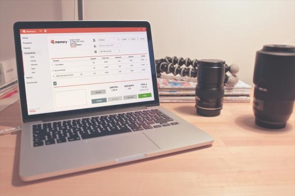 Una factura electrónica es una factura que se expide y recibe en formato electrónico y tiene la misma validez legal que el tradicional papel impreso.