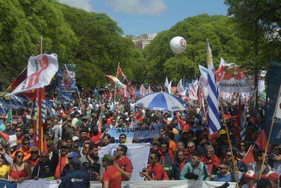 Organizaciones sindicales de todo el continente participan de la movilización. Foto: Francisco Flores.
