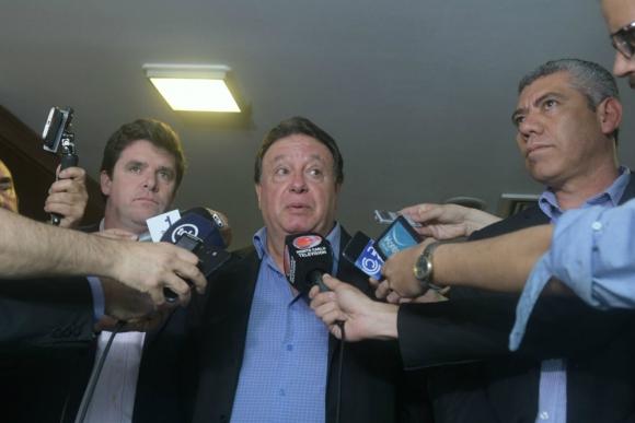 Saúl Aristimuño habla en rueda de prensa, secundado por González y Carballo. Foto: Francisco Flores.