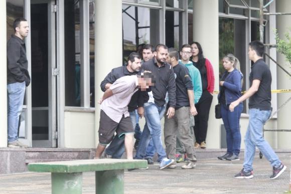 Salida: el detenido fue conducido a la misma escena del crimen. Foto: Marcelo Pinto