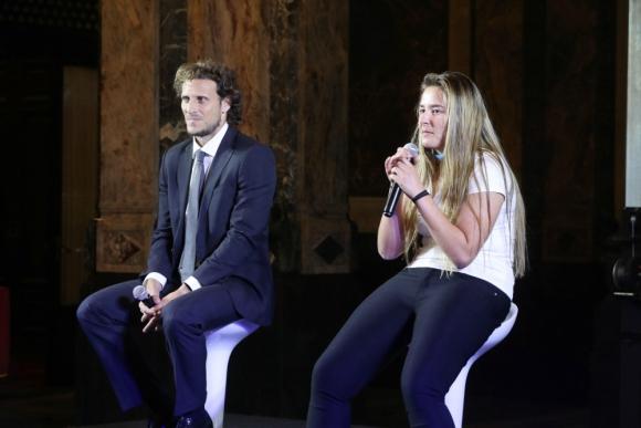 Diego Forlán y Deyna Morales, capitana de la sub 17 de Uruguay, en el lanzamiento del emblema del Mundial en Uruguay. Foto: EFE