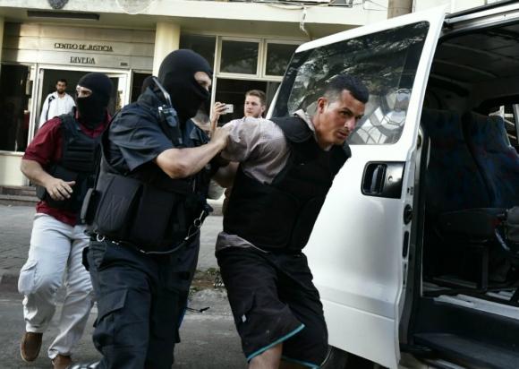 Salida del juzgado: momento en que la Policía se lleva al confeso autor del crimen de la niña. Foto: F. Ponzetto
