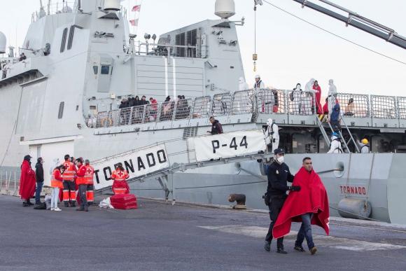 Inmigrantes irregulares llegan a tierra firme. Foto: EFE