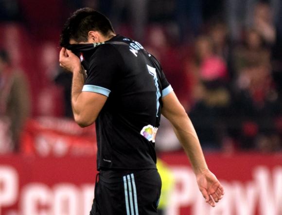 Maxi Gómez retirándose de la cancha del partido del Celta de Vigo. Foto: AFP