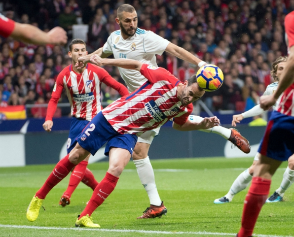 DIego Godín en el duelo contra Karim Benzema en el derbi de Madrid entre Atlético y Real. Foto: AFP