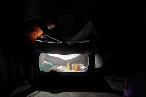 Problema: una linterna sustituye, en parte, la falta de luz. Foto: Reuters