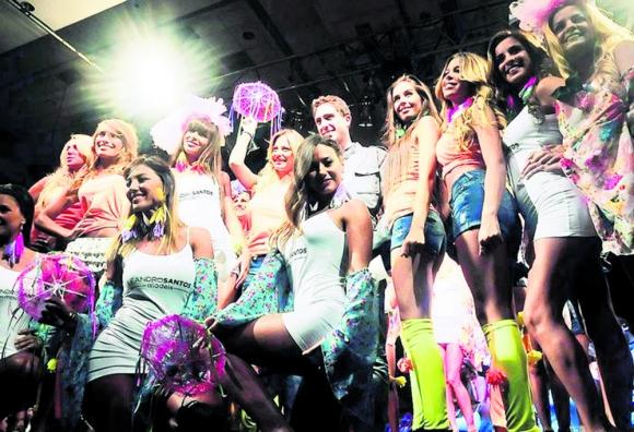 Leandro Santos rodeado de sus modelos en un desfile en Punta del Este. Foto: Archivo