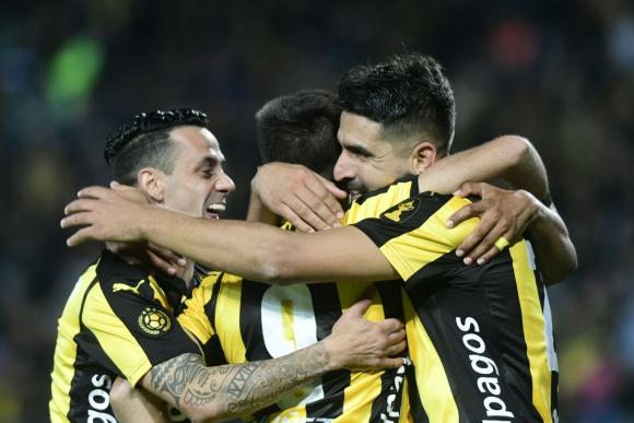 Abrazo. Entre Rossi y Viatri, autores de dos goles, y Fabián Estoyanoff de buen partido. Foto: Marcelo Bonjour