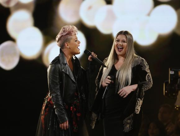 Pink y Kelly Clarkson durante los AMAs 2017. Foto: Reuters