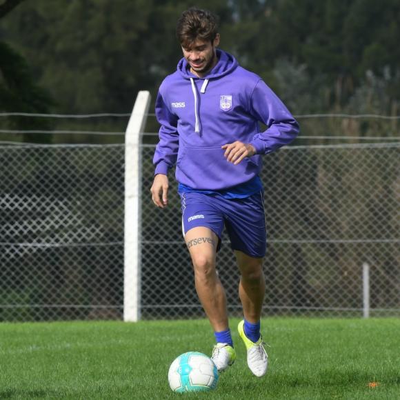 Creador. Matías Cabrera es el líder futbolístico de los violetas. Foto: Ariel Colmegna