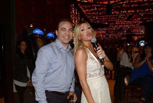 Cristian Castro y Coki Ramírez tras el show de ella en el bar del casino.