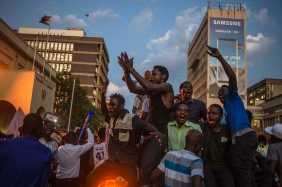 Remueven retrato del ex presidente Robert Mugabe [FOTOS]