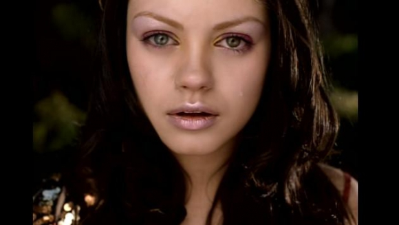Mila Kunis en el video Jaded de Aerosmith