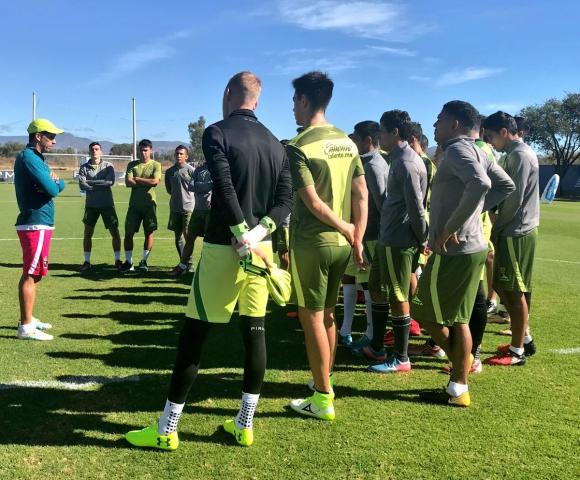 La charla del Chavo Díaz con los jugadores de León. Foto: @clubleonfc