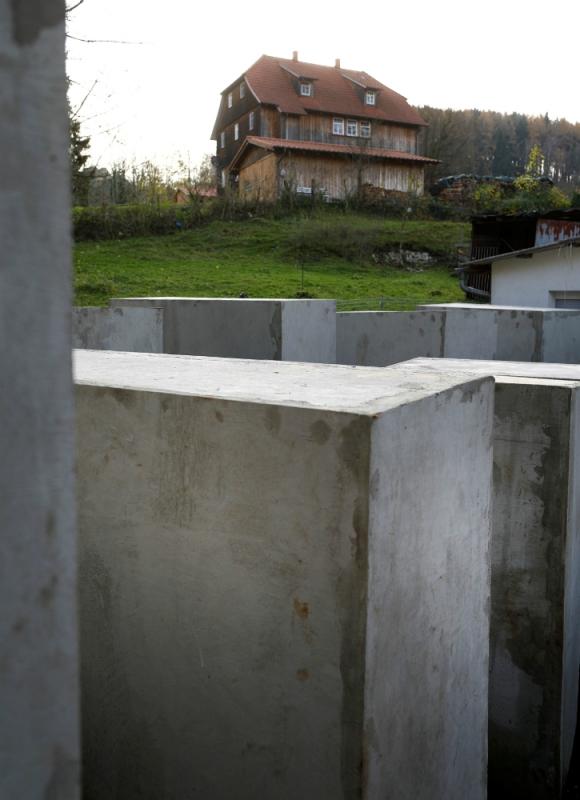 Vista de la intervención frente a la casa de  Björn Höcke en Berlín. Foto: Reuters.