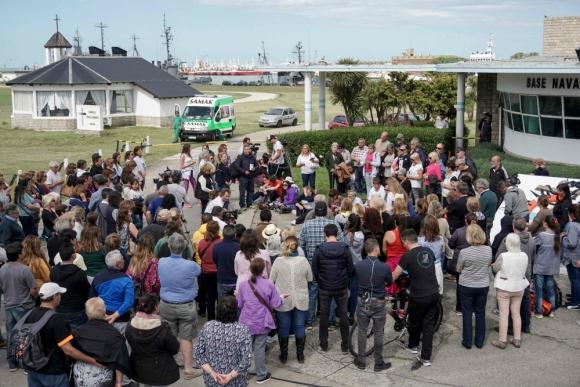 Se realizó una misa en la entrada de la base naval de Mar del Plata. Foto: AFP
