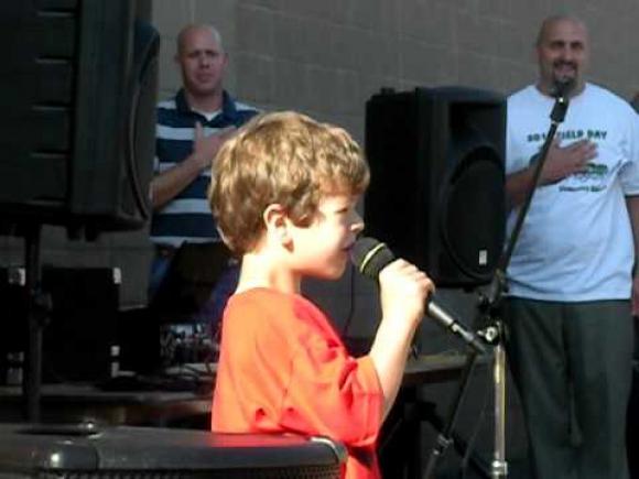 Gaten Matarazzo cantando. Difusión