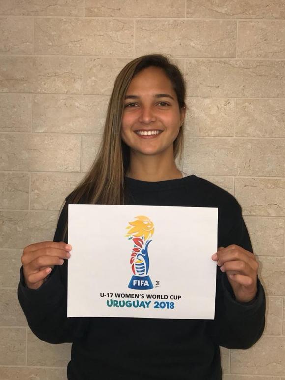 Deyna y el logo del Mundial en Uruguay. Foto: Facebook Deyna Castellanos