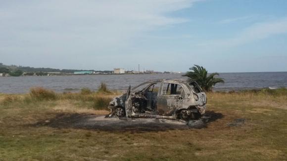 Se investiga si el auto incendiado en Punta Yeguas está vinculado al homicidio. Foto: El País