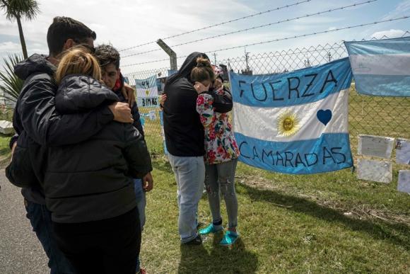 Familiares de los tripulantes en la base naval de Mar del Plata. Foto: AFP