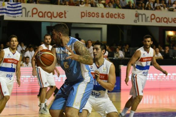 Esteban Batista en la lucha abajo del arco en el Uruguay vs. Paraguay. Foto: Ariel Colmegna