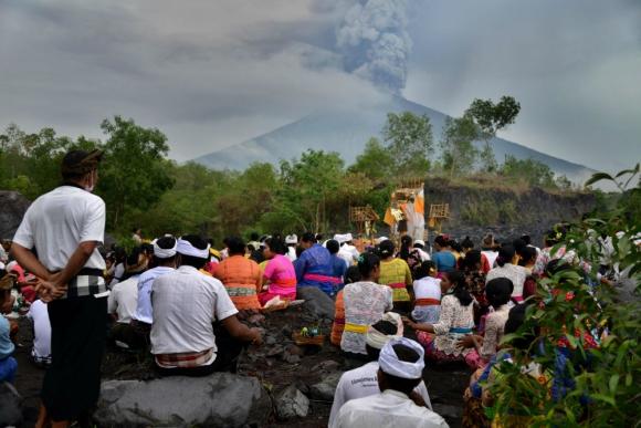 El volcán Agung en actividad. Foto: AFP