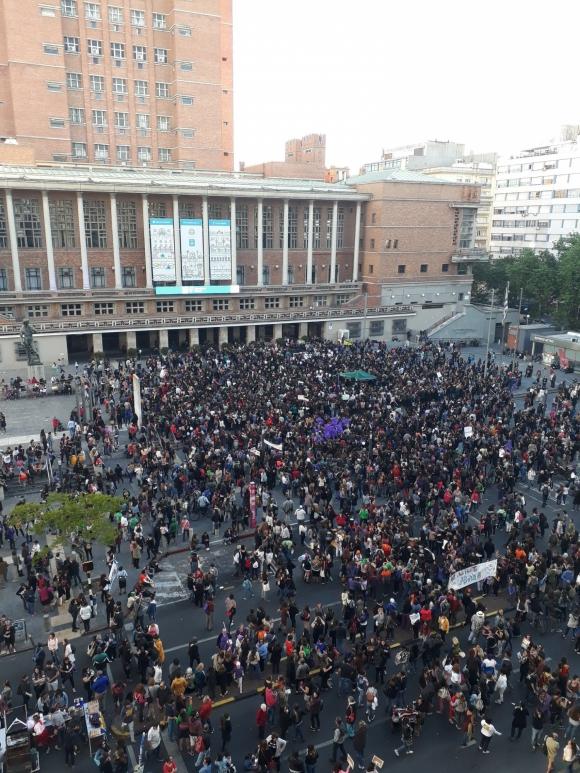 Una multitud se congregó el sábado frente a la explanada de la IMM. Foto: Soledad Gago