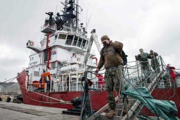 Buques y aviones de unos 13 países participan de la búsqueda del submarino argentino. Foto: AFP